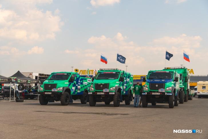 Машины команды «ГАЗ» в ожидании старта гонки