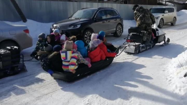 В Косулино на Масленицу детей катали в прицепе снегохода. Полиция проводит проверку