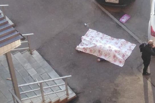 Мужчина выпал из окна высотки