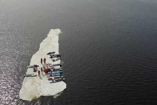 Большой кусок льда отогнали подальше от берега<br>