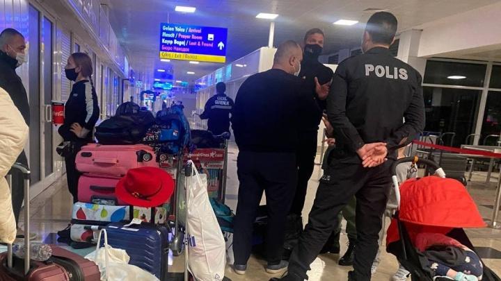 Уральцам, которые застряли в аэропорту Антальи из-за поломки самолета, аннулировали билеты