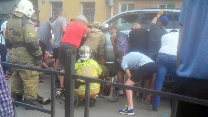 Велосипедист, которого омичи доставали из-под машины, попал в интенсивную терапию с ожогами