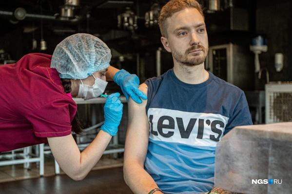 Ревакцинироваться через полгода нужно для того, чтобы поддерживать достаточный уровень антител