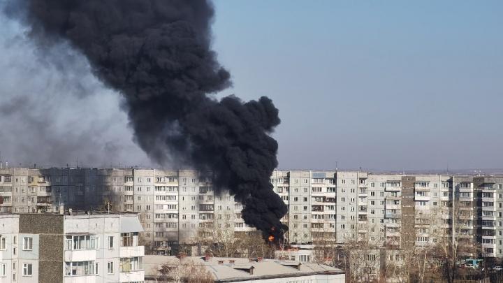 Столб черного дыма поднимается над Солнечным. Горит крыша детского центра