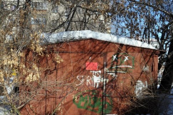 Собственникам незаконно установленных гаражей и хозяйственных построек предлагают убрать их самостоятельно