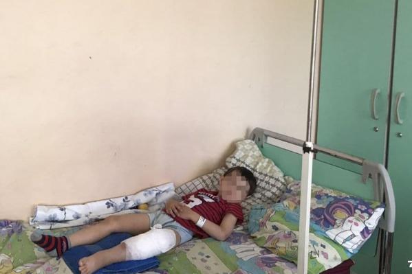 Мальчику сперва наложили гипс, а потом сделали операцию на ноге