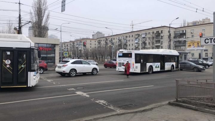 Собирается пробка: в центре Волгограда столкнулись автобус и иномарка — видео