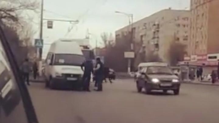В Волгограде водитель маршрутки напал на водителя автобуса с битой — видео