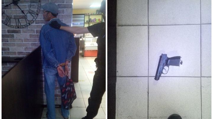 В Екатеринбурге мужчина в кафе достал пистолет и стал угрожать посетителям