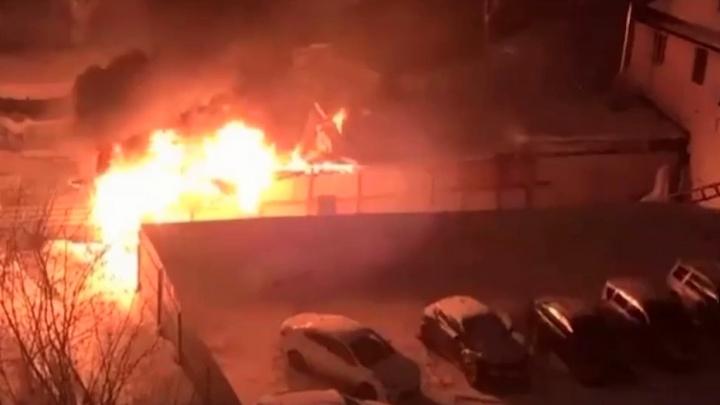 «Вспыхнул за пять минут»: в центре Новосибирска загорелось здание