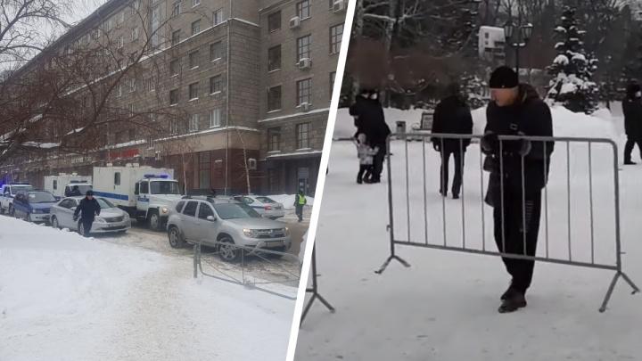 В центре Новосибирска вновь заметили ограждения и автозаки