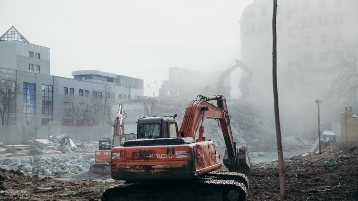 Угасающая «Заря»: смотрим, как в центре Тюмени сносят деловой центр