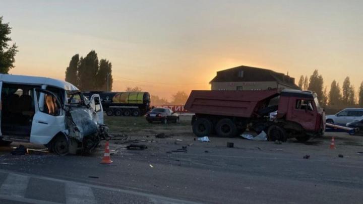 На трассе под Волгоградом столкнулись КАМАЗ и маршрутка. Есть пострадавшие