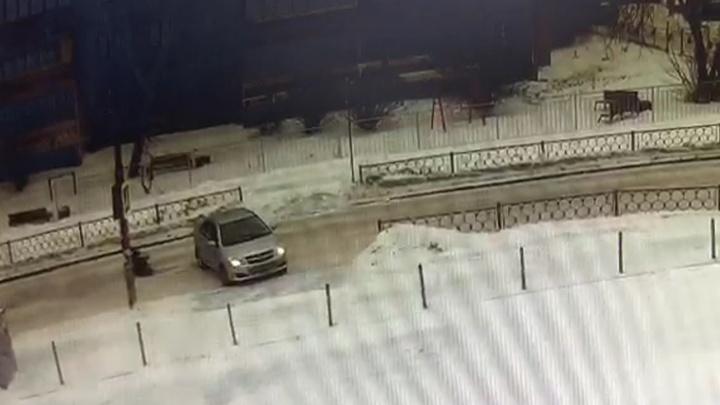 Сотрудники ГИБДД просят помочь с поисками водителя, который сбил женщину на Татищева и скрылся с места ДТП