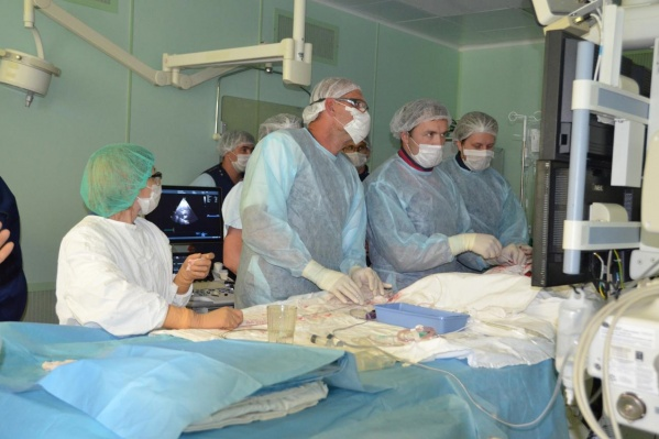 Во время операции. Сейчас пациент в стабильном состоянии, он готовится к выписке