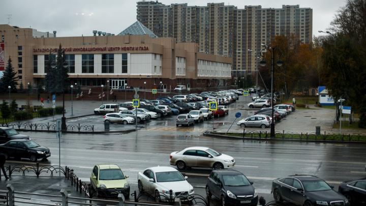 Въезд на парковку тюменского Технопарка будут закрывать по ночам (всё из-за шумных компаний)