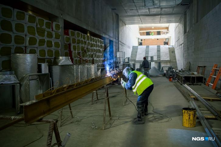 На станции установят автоматические двери. Аналог есть в санкт-петербургском метро.Они будут открываться одновременно с дверями прибывшего поезда. Такое решение обеспечит безопасность пассажиров и позволит сохранить тепло на станции в холодное время года