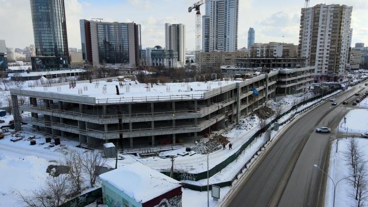 Готовы четыре этажа: летаем над стройкой нового торгового центра с апартаментами на Маршала Жукова