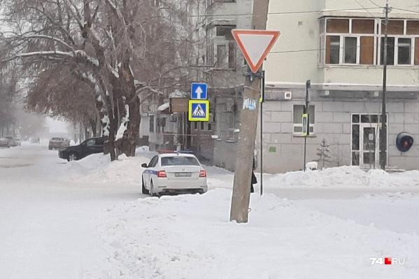 Проезд на улицу Коммуны перекрыт легковой машиной ДПС