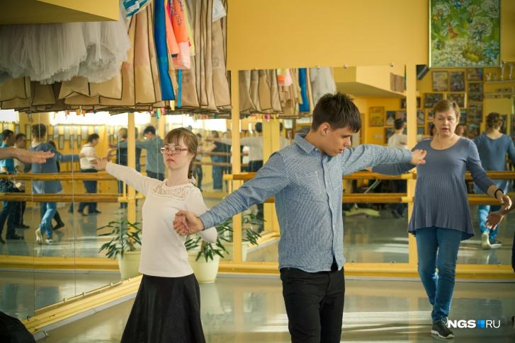 Партнеров учат, как нужно правильно взаимодействовать в танце, в том числе, с какой силой сжимать руки