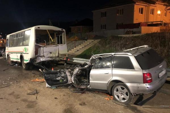 Водителя и пассажира буквально раздавило задним бампером автобуса
