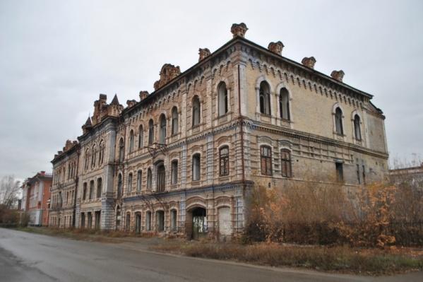 """Построено здание в несколько этапов <nobr class=""""_"""">с 1909</nobr> <nobr class=""""_"""">по 1912 год</nobr>"""