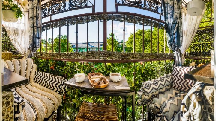 9 очень красивых балконов: эти новосибирцы выкинули оттуда весь хлам и превратили их в место для отдыха
