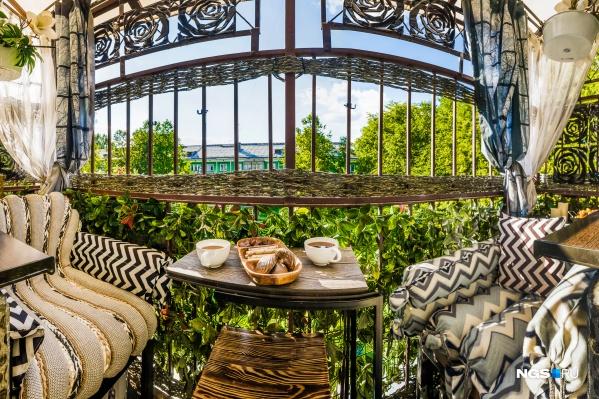 Плетение на балконе в Академгородке сделано из обычной хозяйственной веревки