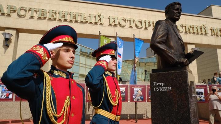 В Челябинске открыли памятник экс-губернатору Петру Сумину. Смотрим, кто пришел на церемонию