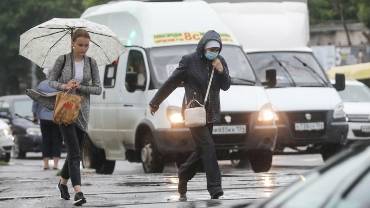 Пакеты, бутылки и ботинки: мэрия Волгограда рассказала, что достают из ливневок во время аномального ливня