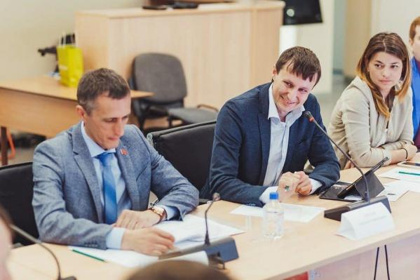 Депутат сначала работал в горсовете, потом переизбрался в Заксобрание края