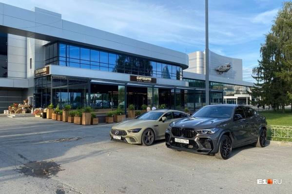 У входа в ресторан припаркованы элитные машины