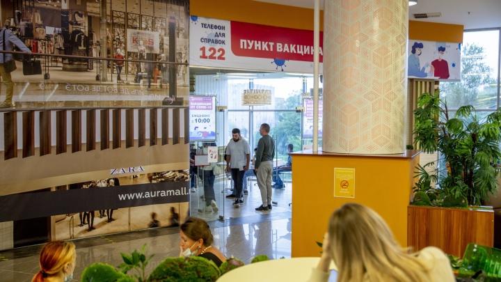 Обязательная вакцинация закончилась, врачи в торговых центрах остались: где привиться от ковида без очереди