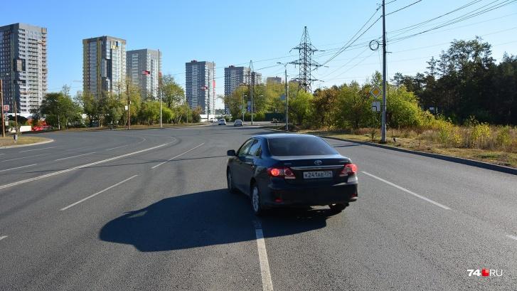 Водитель этой Toyota Corolla поступает правильно: перед маневром занимает крайнее положение. Но из-за недостатка места для перестроения он зацепил сплошную линию