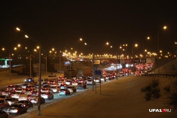 Пока что люди на выезде из Нагаево вынуждены стоять в пробках