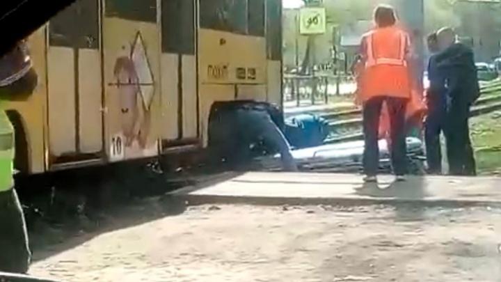 «Она переходила пути, а он тронулся»: в Ярославле женщина попала под трамвай