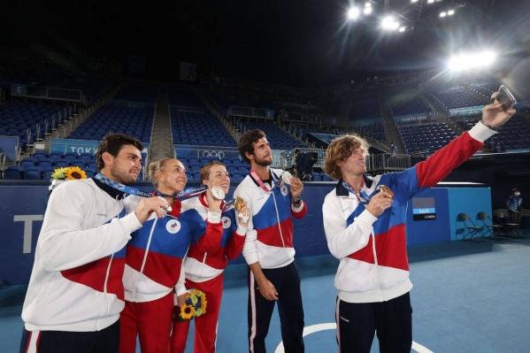 Российские теннисисты провели русский финал, взяв и золотые, и серебряные награды