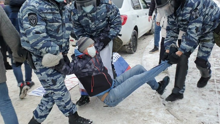 Столкновения с ОМОНом на акции за Навального в Ярославле: людей задерживали под окнами правительства