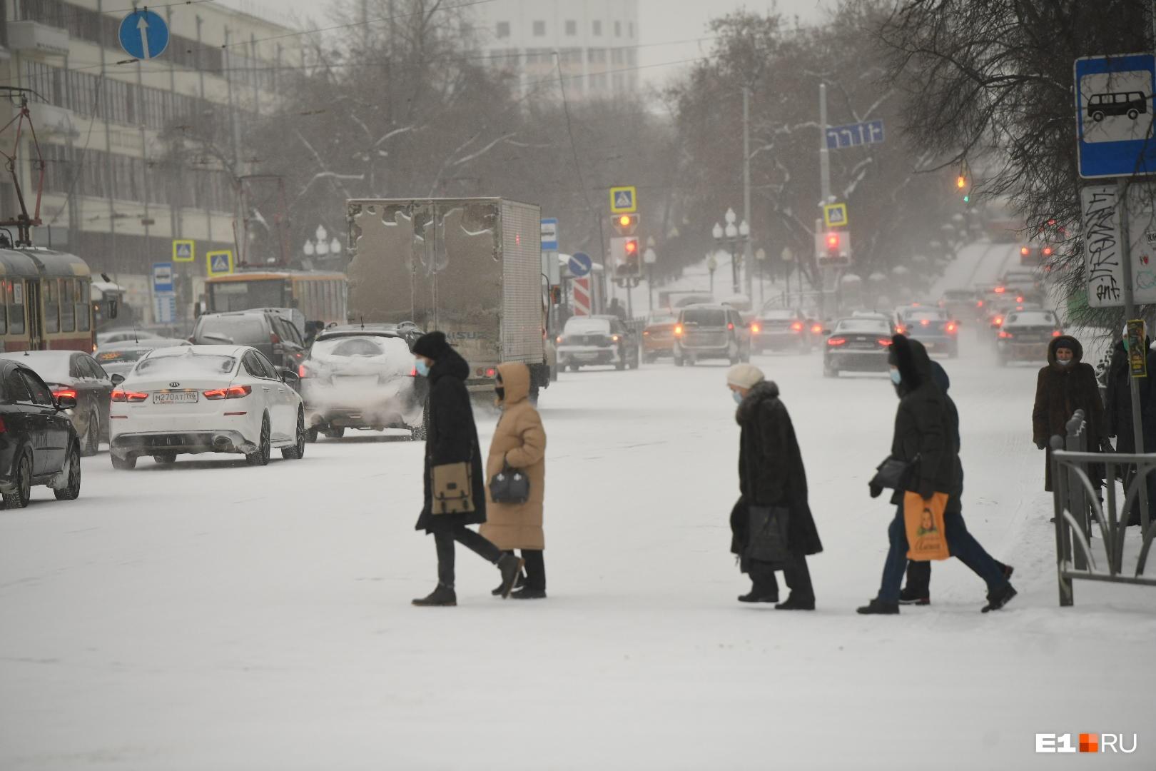 На перекрестке проспекта Ленина и Карла Либкнехта сломался светофор, но дорожники его быстро починили