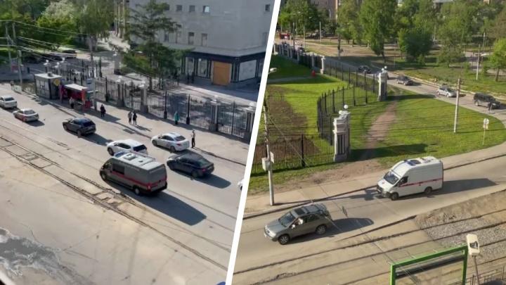 К зданию Сбербанка в центре Новосибирска съехались скорые и машины разминирования — что там происходит