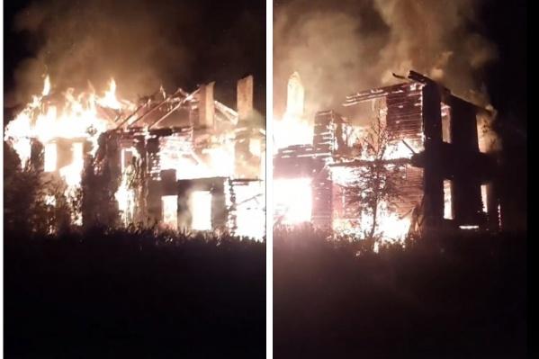 Местные жители наблюдали за пожаром и переживали за свои соседние дома
