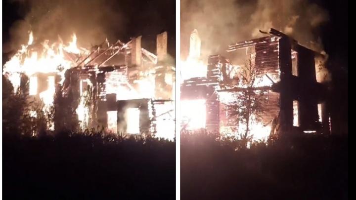 На Бревеннике сгорел аварийный дом. За два месяца до этого он сошел со свай при жильцах