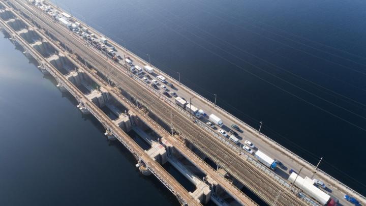 «Какой идиот это придумал?»: волгоградец снял на видео многокилометровую пробку на Волжской ГЭС
