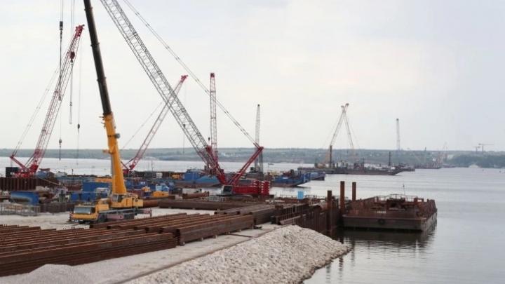 Рабочие надвинули два пролета моста через Волгу у села Климовка