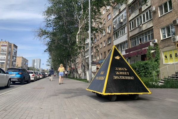 Пирамида передвигается по тротуару вместе с пешеходами
