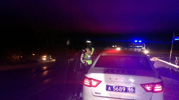 Под Рефтинским водитель сбил двух пешеходов. Одна из них погибла