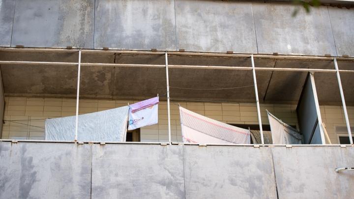 Школьница выпала из окна многоэтажки в Волгодонске