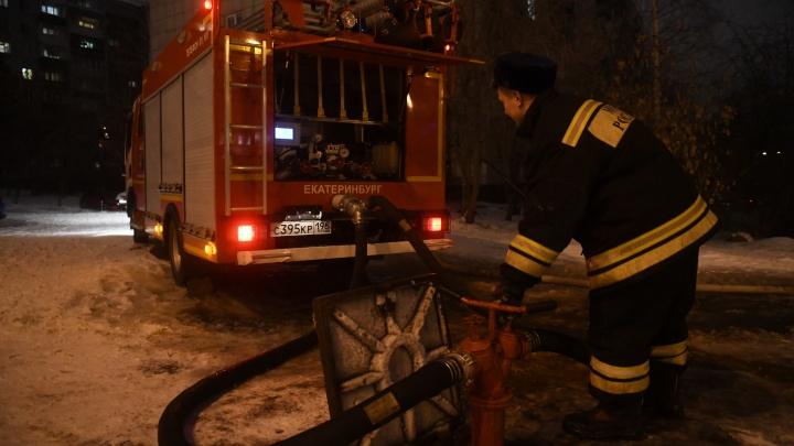 Подъезд серьезно задымлен: в Екатеринбурге из-за пожара с пострадавшими эвакуировали десятиэтажку