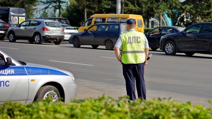 Взятки на омских дорогах: таксисты и автолюбители — о том, просят ли оплатить штраф на руки