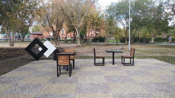 «Прикол нашего городка»: в горсаду Кургана неправильно поставили стулья шахматных столов